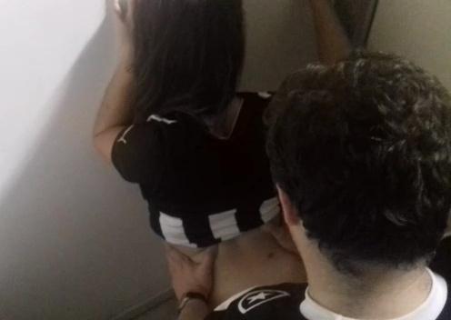 Casal botafoguense flagrado transando no banheiro do estadio