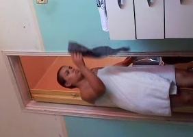 Nayme nua saindo do banho e abrindo sua toalha no quarto