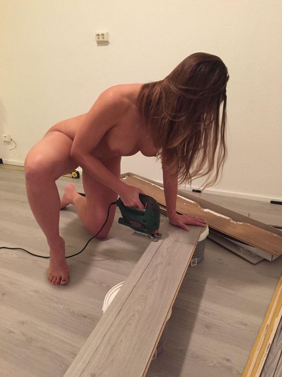 Trabalhadora Gostosa Colocando Piso de Madeira Peladinha