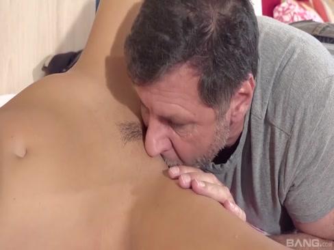 Velho comendo novinha deliciosa no vídeo de incesto porno