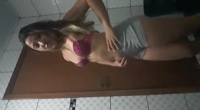 Novinha vazou na net trancada no banheiro fazendo video nua
