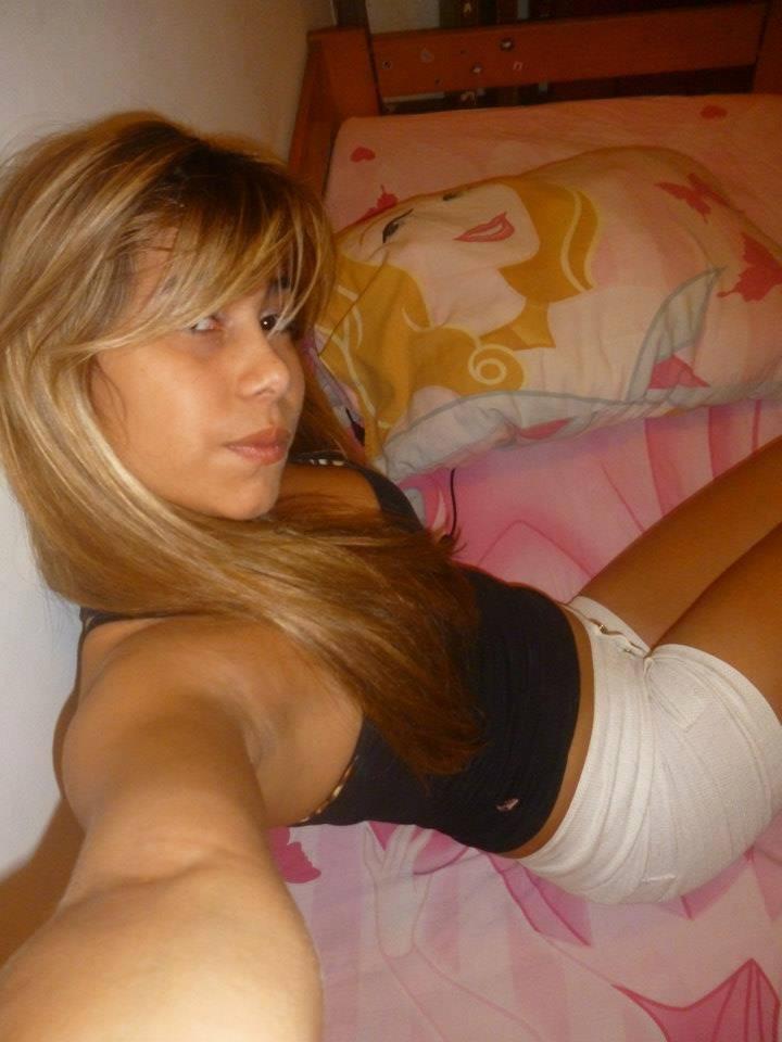 Loirinha carioca vazou no zap em nudes caseiros mostrando tudo