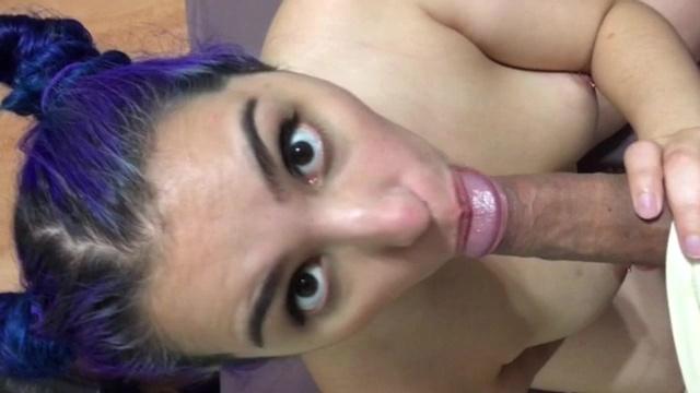 Xnxx gulosa menina do cabelo azul chupando pau duro com gosto