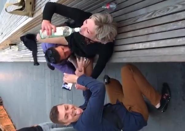 Flagra putaria em local publico homem chupando loira bebada