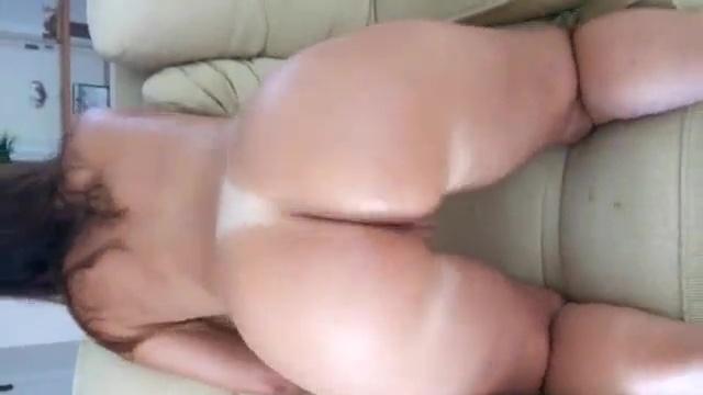 Palminha com bumbum gostoso mostrando cuzinho rosado