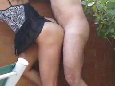 Porno no quintal com vagabunda dando de calcinha e tomando leite