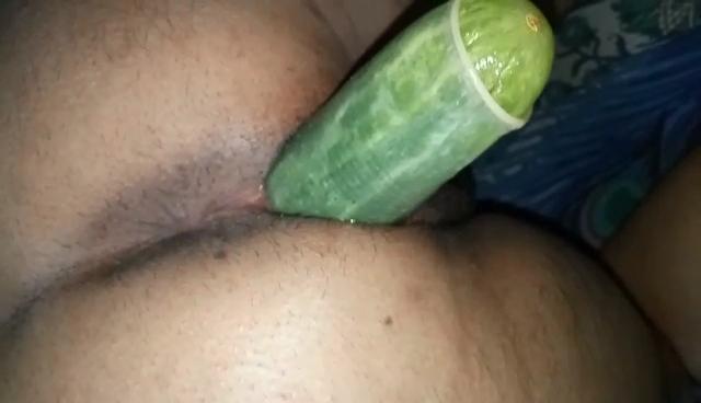 Rampeira Bunduda Sendo Masturbada Por Um Pepino