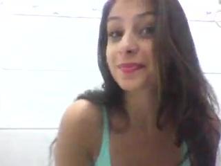 Novinha sorridente tira blusa e mostra seus belos seios perfeitos