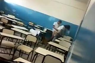 Flagrante na escola aluno comendo aluna na sala de aula