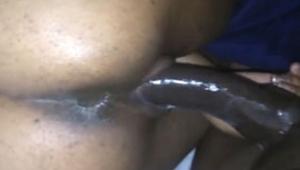 Negra amadora bunduda dando sua boceta completamente molhada