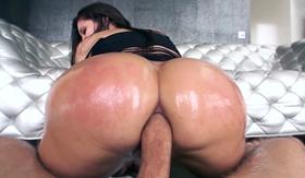 Porno novinha gostosa sentando com a pica no cu
