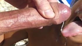 Esporradas na boquinha da namorada gostosa na praia
