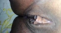 Masturbando a buceta negra da vizinha vagabunda