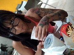 Amanda Souza Mostrando A Buceta Dentro E Lanchando No Mc Donalds