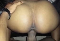 Mulata novinha fazendo sexo caseiro com namorado roludo