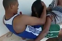 Novinha chupando rola de amigo dentro da escola