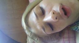Amadora nua gozando na siririca sem calcinha em sua cama