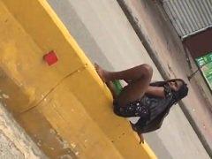 Flagra negra excitada metendo Garrafa Pet na buceta no meio da Avenida