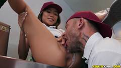Porno com empregada gerente chupando buceta da garçonete novata
