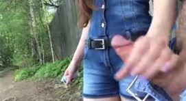 Safada batendo punheta no meio do mato pro namorado