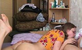Novinha mamando na rola dura do namorado putão