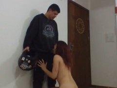 Pernocas puta brasileirinha mamando na pica do entregador