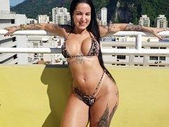 Elisa Sanches se exibindo safadinha dentro da piscina