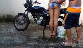 Comeu a putinha magrinha lavando a motoca