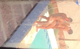 Flagrante de sexo na piscina com uma mulher gostosa