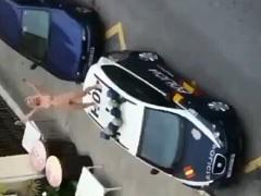 Loira gostosa louca de droga dando trabalho pra policia